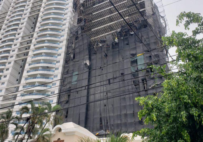 Mujer vive para contarlo al caer andamios de edificio en construcción tras paso de Tormenta Fred