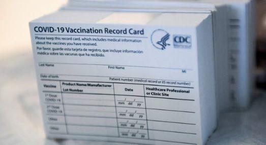 Farmacéutico de EEUU es detenido por vender tarjetas de vacunas en eBay