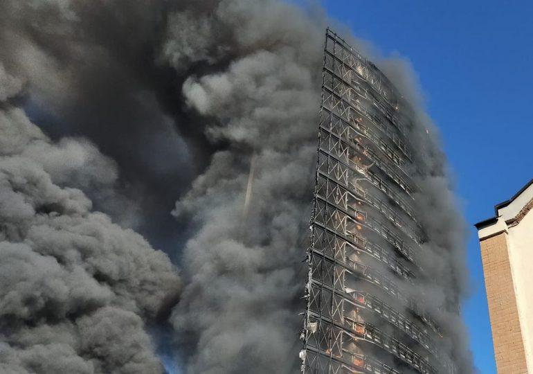 Un edificio de 20 plantas arde en Milán, en principio sin víctimas