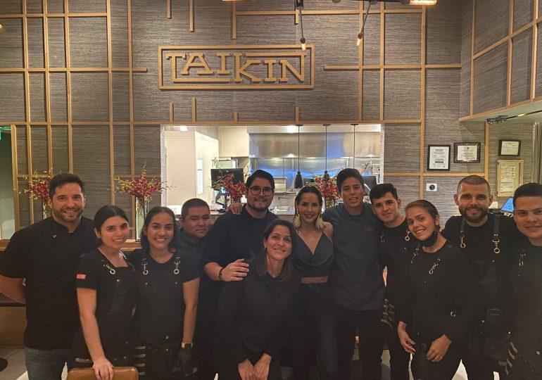 """Estrellas de """"Sin senos no hay paraíso"""" sorprenden a Carmen Villalobos en Taikin Asian Cuisine"""