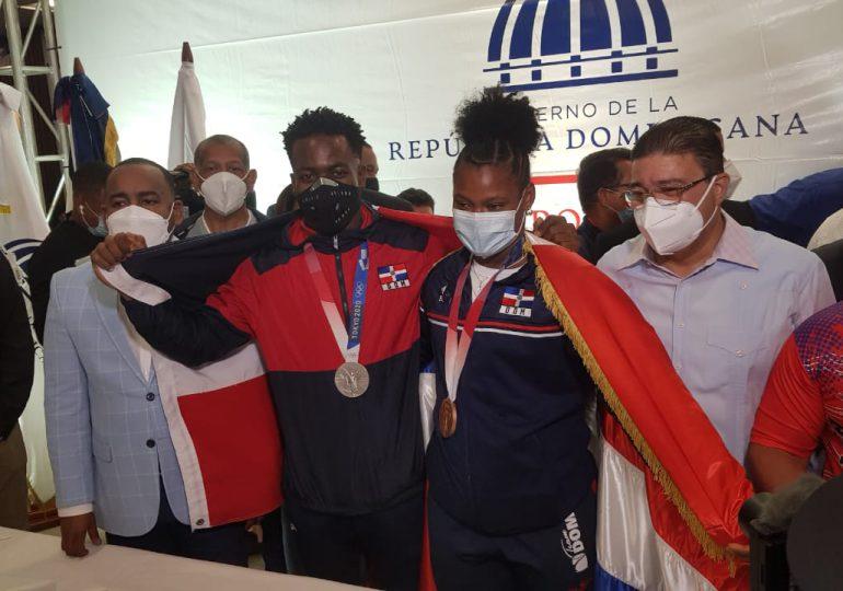 VIDEO   Medallistas olímpicos Zacarías Bonnat y Crismery Santana ya están en el país