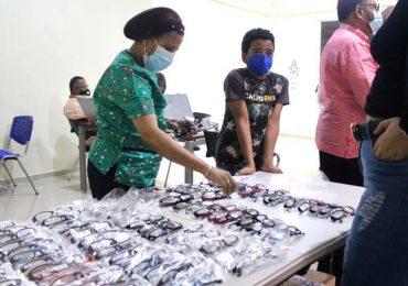 Más de 600 personas reciben examen de la vista durante operativo oftalmológico en Baní
