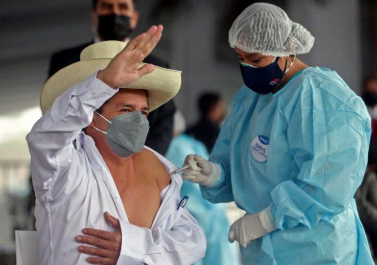 Presidente peruano Castillo recibe primera dosis de vacuna contra el covid-19