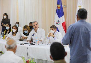 Presidente Abinader anuncia construcción de UASD-Azua, acueductos y becas universitarias
