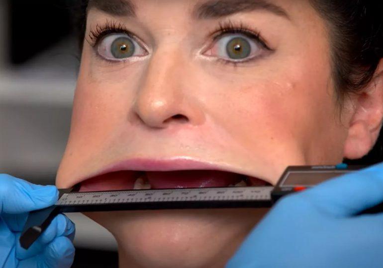 Mujer obtiene el récord Guinness por tener la boca más grande del mundo