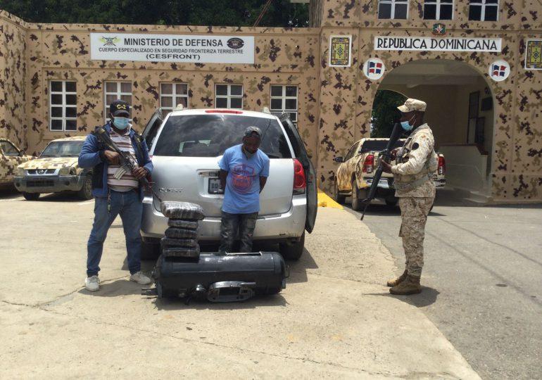 CESFRONT detiene nacional haitiano con cinco paquetes de presumible marihuana