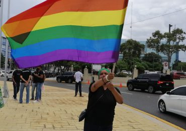 VIDEO | Comunidad LGBTIQ+ manifiestan frente al Congreso en rechazo a proyecto de Código Penal