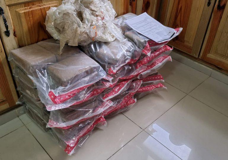 DNCD apresa dos personas y ocupa 90 paquetes de presunta cocaína en Azua