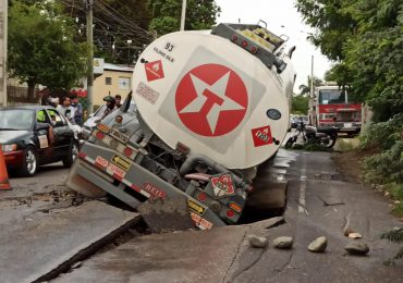 VIDEO | Camión cisterna se accidenta por hundimiento producto de las lluvias en Barrio Lindo La Herradura de Santiago