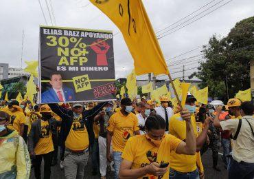 VIDEO | Manifestantes y Pedro Botello desafían lluvias de Grace para reclamar 30% fondos de AFP