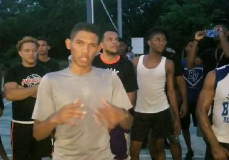Jóvenes de la Nueva Barquita exigen iluminación de cancha, acusan al Patronato de impedir la práctica deportiva