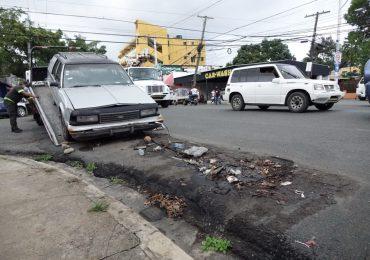 """DIGESETT retira """"carros chatarras"""" de la Zona Colonial, Gazcue, San Carlos y Luperón"""