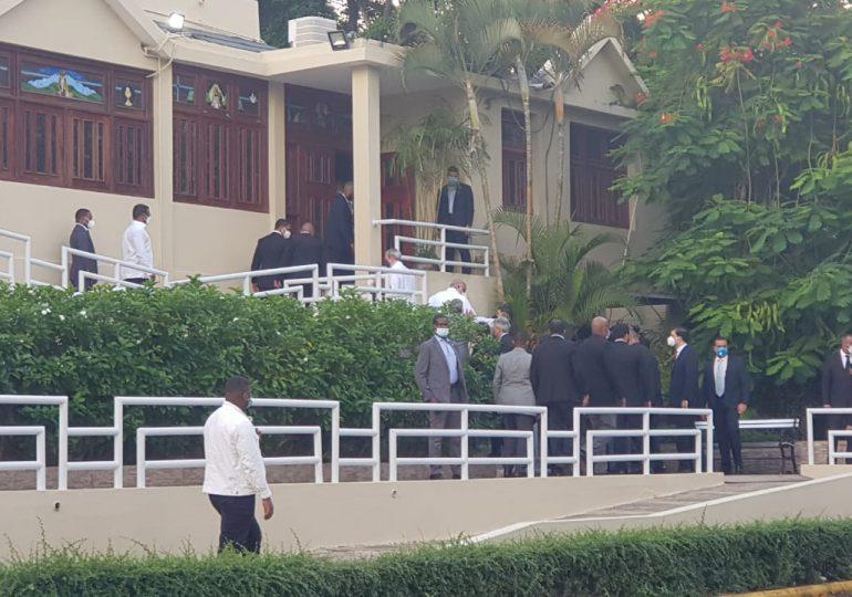Sin acceso de la prensa, Abinader asiste a misa en memoria del padre de Roberto Fulcar