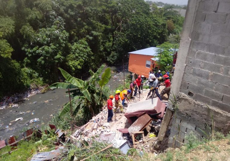 Una persona debajo de los escombros tras derrumbe en cañada de Guajimia