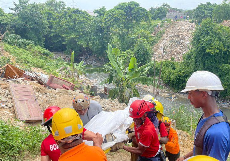 Recuperan cuerpo de hombre atrapado tras derrumbe de su vivienda