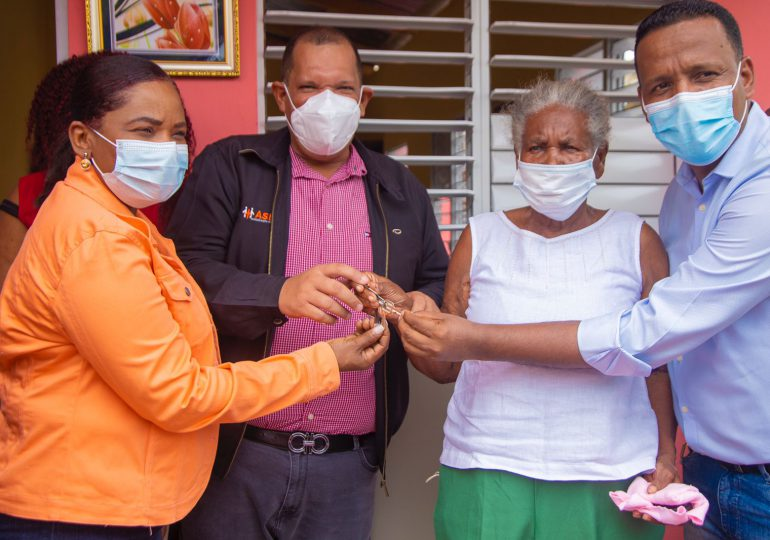 Alcaldía SDN entrega vivienda a anciana que quedó sin casa tras incendio