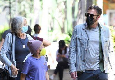 Captan a Ben Affleck viendo anillos de compromiso junto a su madre