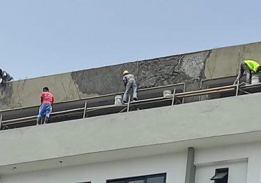 VIDEO | Denuncian obreros trabajan en situaciones extremas y sin garantías de riesgo laboral