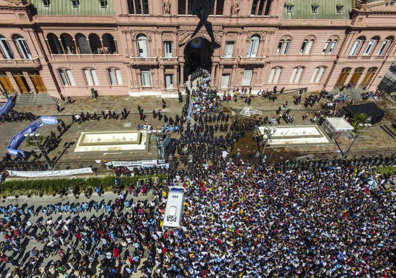 Protestan en Argentina contra Fernández por festejo durante el confinamiento por el covid