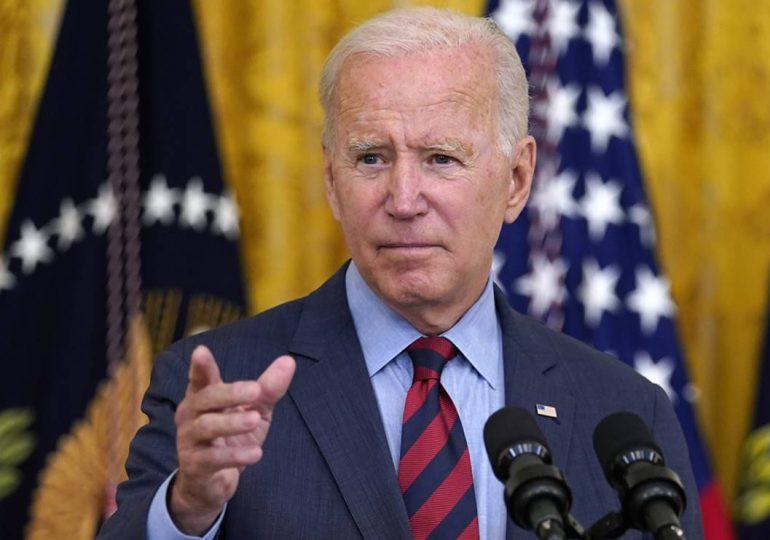 Biden espera completar evacuación afgana en plazo, talibanes culpan a EEUU de caos en aeropuerto