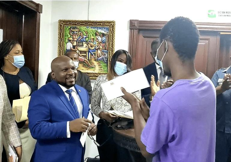 Embajada de Haití en RD inicia la entrega 200 pasaportes visados a estudiantes haitianos
