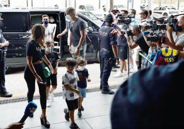 Lionel Messi vuela con su familia a París para firmar por el PSG