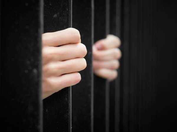 ¡Joven mamá enfrenta cargos asesinato tras dormirse en bañera con su bebé en pecho!