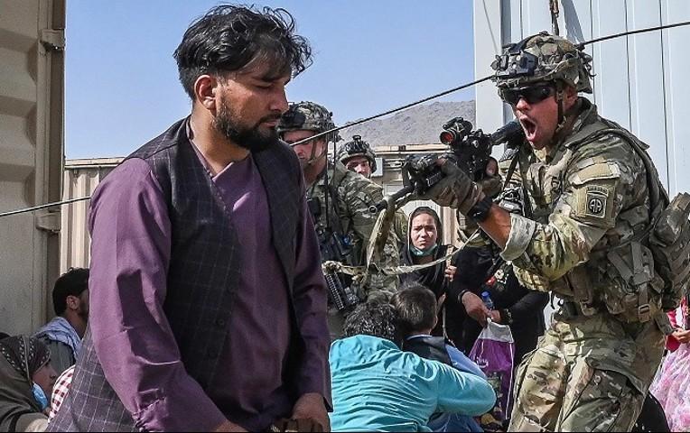 Soldados de EEUU matan a dos hombres armados en aeropuerto de Kabul