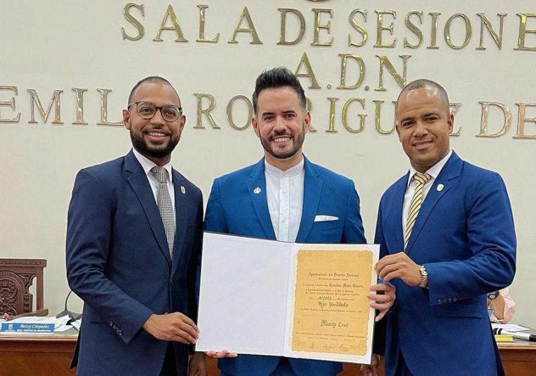 Manny Cruz es declarado hijo predilecto de la ciudad de Santo Domingo