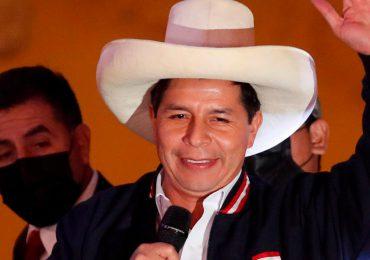 Castillo asume mando militar y llama a la unidad de los peruanos