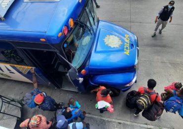 Rescatan a 101 migrantes haitianos abandonados por traficantes en Guatemala
