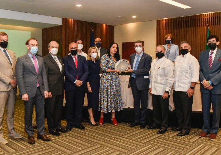 Embajador Andrea Canepari recibe honores de la Cámara de Comercio Domínico Italiana