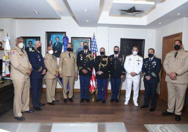 Ministro de Defensa condecora al agregado militar y aéreo de la embajada de EE.UU.