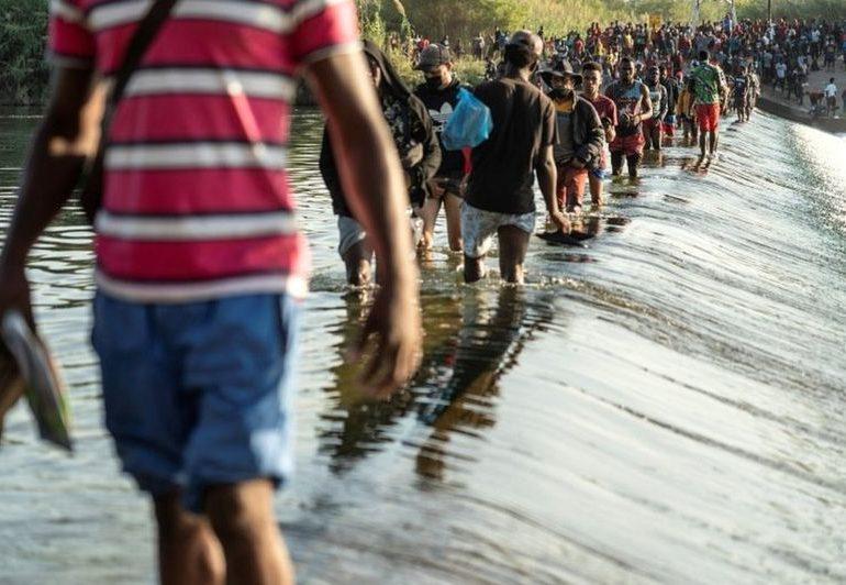 El puente entre México y Estados Unidos bajo el que duermen más de 10.000 migrantes