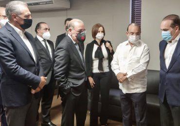 Danilo Medina acude a velatorio de madre de Quique Antún