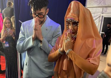 Tokisha llega vestida a los Premios Billboard con transparencia y prendas religiosas