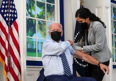 Joe Biden se aplica tercera dosis de vacuna contra el Covid-19