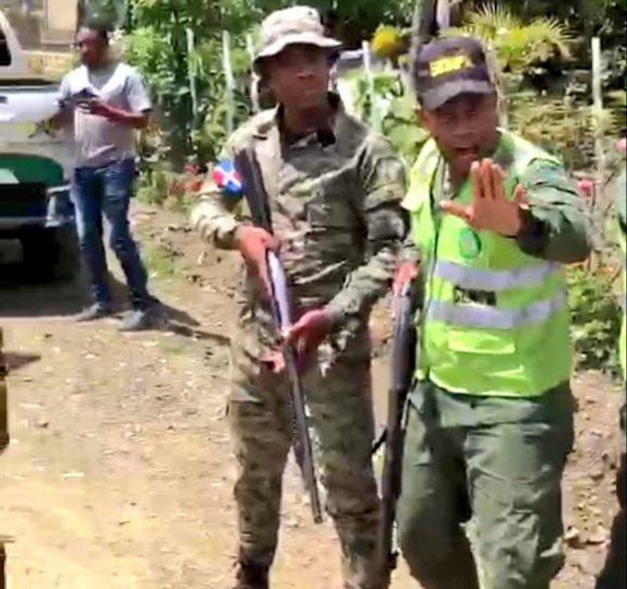 Video|Militares bloquean el paso a residentes y productores en La Horma, San José de Ocoa