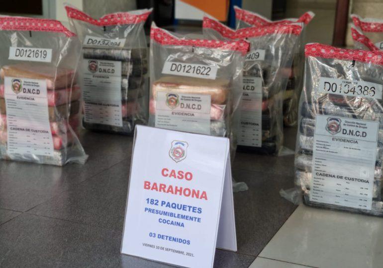 DNCD ocupa 182 paquetes de presunta cocaína y arresta a tres personas en Barahona