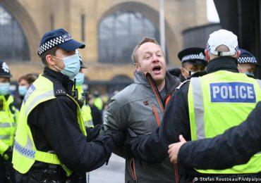 Policías heridos en Londres en choques con manifestantes antivacunas