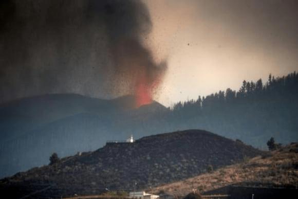 Erupción de volcán en Canarias deja 6.000 evacuados, la lava sigue avanzando hacia el mar