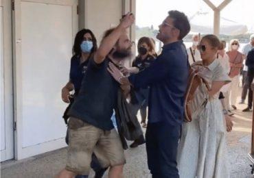 VIDEO | Ben Affleck protege a Jennifer López de un fanático que quería tomarse una foto con ella