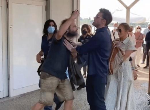 VIDEO   Ben Affleck protege a Jennifer López de un fanático que quería tomarse una foto con ella