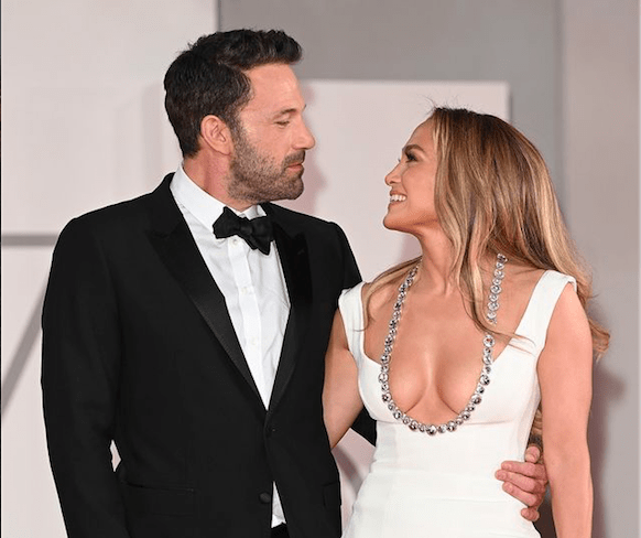 Jennifer López y Ben Affleck aumentan la temperatura con sus gestos y miradas