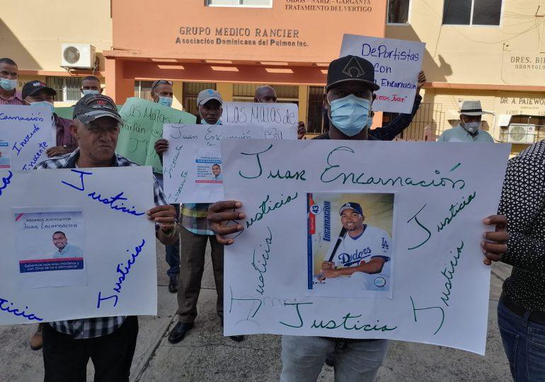 """VIDEO   """"Juan Encarnación es inocente de lo que se le acusa"""", así reaccionan familiares y amigos frente a la Fiscalía"""