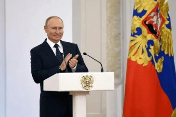 Putin se aísla tras casos de covid-19 en su entorno