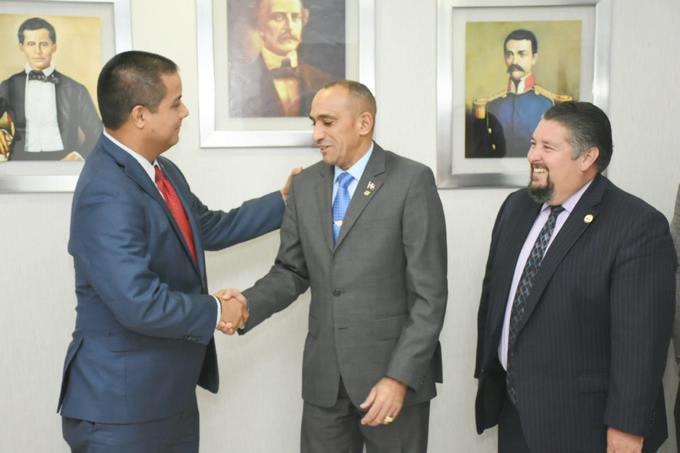 Representantes de la DEA se reúnen con director de la DNCD