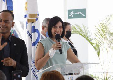La primera dama y la directora del Inaipi entregan Caipi en Moca