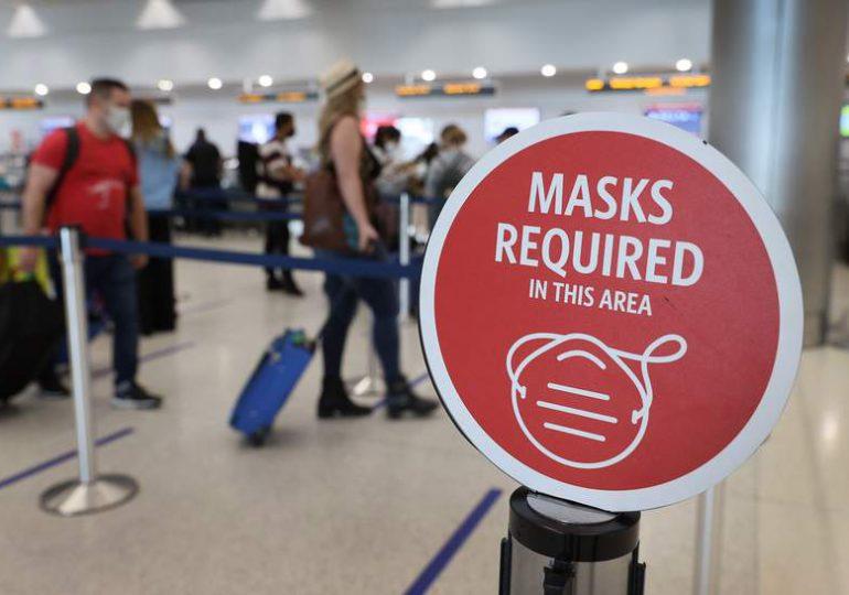 EEUU flexibiliza restricciones de viaje; pedirá vacunas anti COVID-19