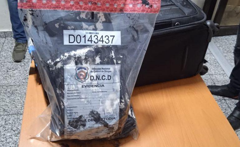 VIDEO | Arrestan hombre en el AILA con más de tres kilos de cocaína escondida en una maleta